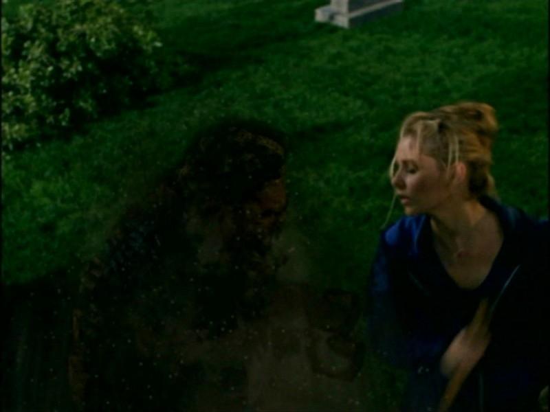 Sarah Michelle Gellar in una scena dell'episodio 'L'inizio della storia (1ª parte)' della seconda stagione di Buffy - L'ammazzavampiri