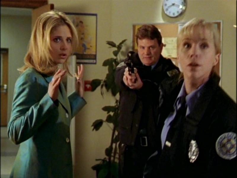 Sarah Michelle Gellar in una scena dell'episodio 'L'inizio della storia (2ª parte)' di Buffy - L'ammazzavampiri