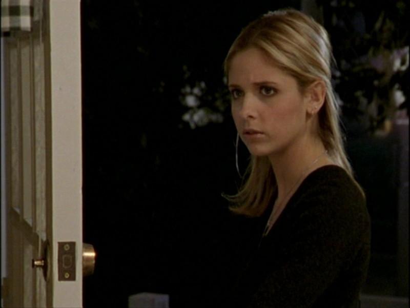 Sarah Michelle Gellar in una scena dell'episodio 'L'inizio della storia (seconda parte)' di Buffy - L'ammazzavampiri