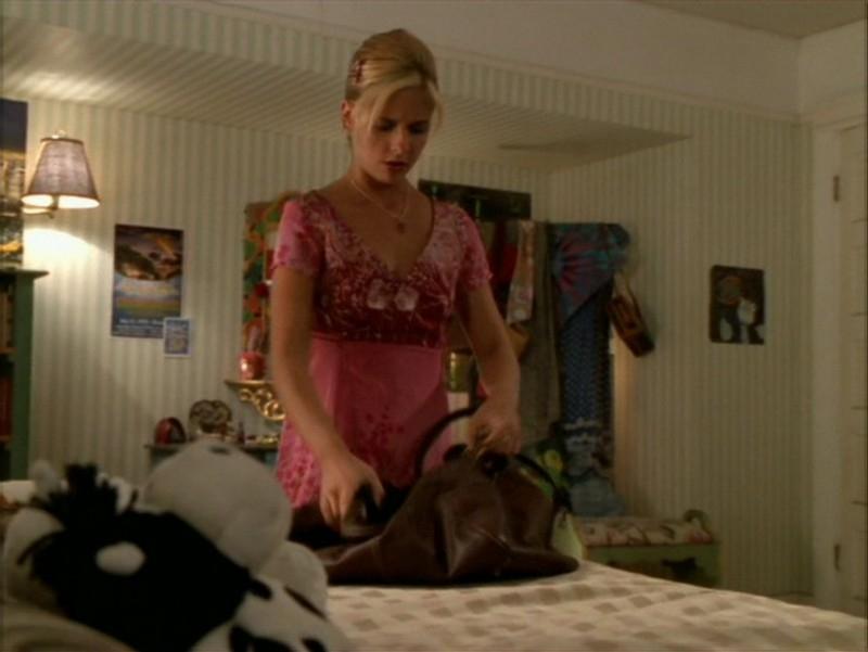Sarah Michelle Gellar in una sequenza dell'episodio 'La festa dei morti viventi' di Buffy - L'ammazzavampiri