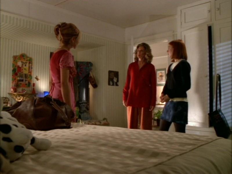 Sarah Michelle Gellar, Kristine Sutherland e Alyson Hannigan in una scena dell'episodio 'La festa dei morti viventi' di Buffy - L'ammazzavampiri
