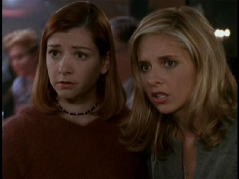Alyson Hannigan e Sarah Michelle Gellar nell'episodio 'I dolci della banda' di Buffy - L'ammazzavampiri