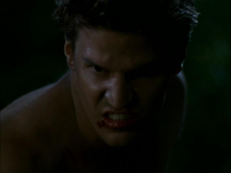 David Boreanaz  in una scena dell'episodio 'La bella e le bestie' di Buffy - L'ammazzavampiri