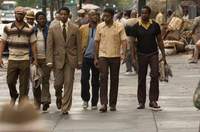 Denzel Washington e Chiwetel Ejiofor in una sequenza di American Gangster