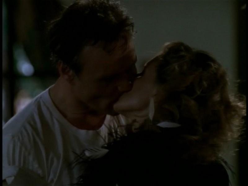 Kristine Sutherland e Anthony Head in una scena hot dell'episodio 'I dolci della banda' di Buffy - L'ammazzavampiri