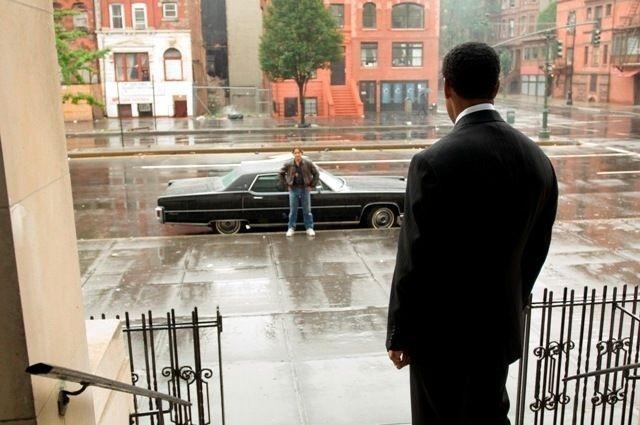 Russell Crowe e Denzel Washington in una sequenza di American Gangster
