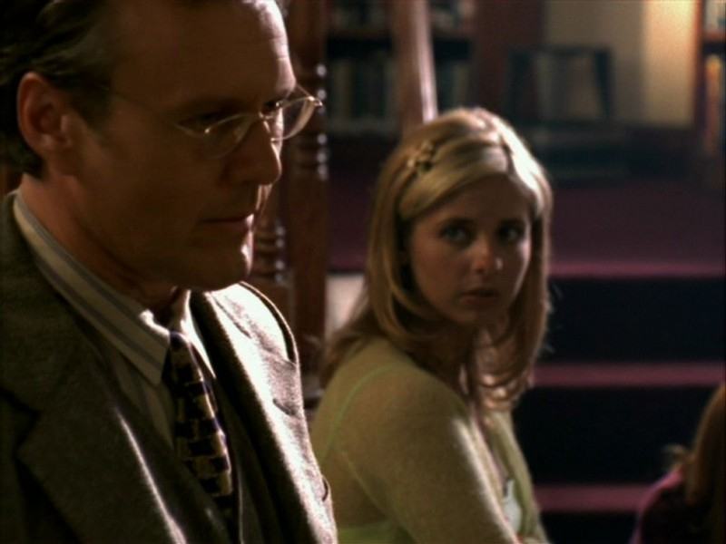 Sarah Michelle Gellar e Anthony Head in una sequenza dell'episodio 'La bella e le bestie' di Buffy - L'ammazzavampiri