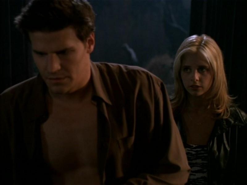 Sarah Michelle Gellar e David Boreanaz in una scena dell'episodio 'Il ballo di fine corso' di Buffy - L'ammazzavampiri