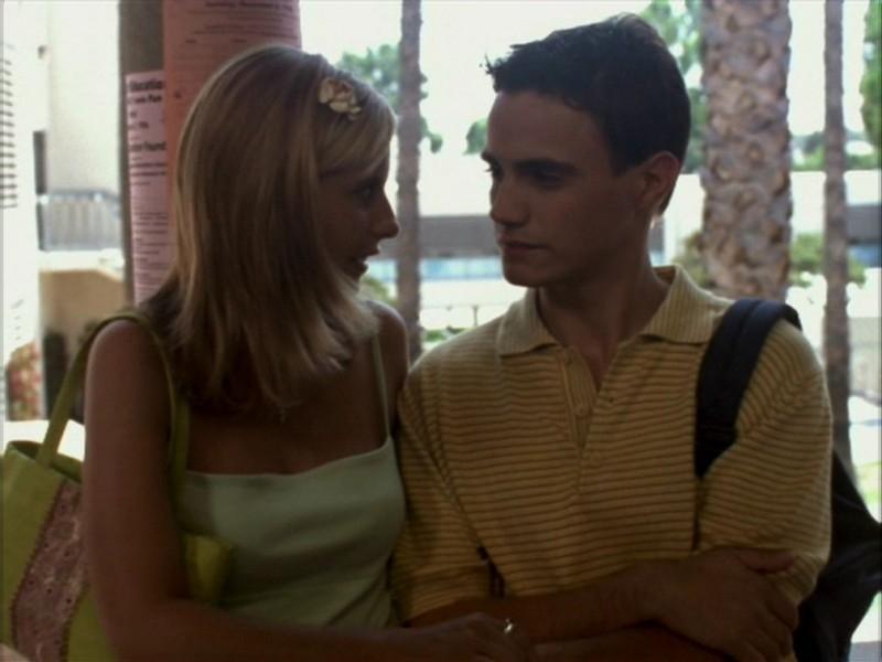 Sarah Michelle Gellar in una sequenza dell'episodio 'La bella e le bestie' di Buffy - L'ammazzavampiri