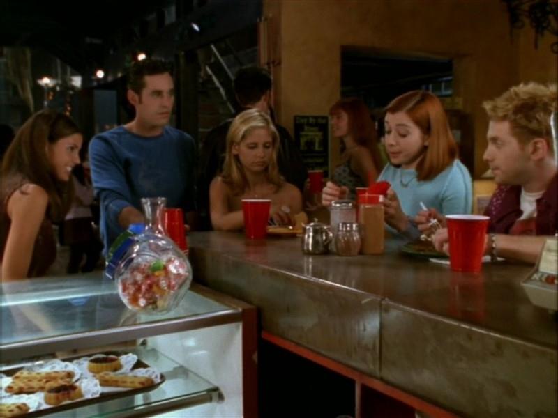 Seth Green, Alyson Hannigan, Nicholas Brendon, Charisma Carpenter e Sarah Michelle Gellar nell'episodio 'Il ballo di fine corso' di Buffy - L'ammazzavampiri