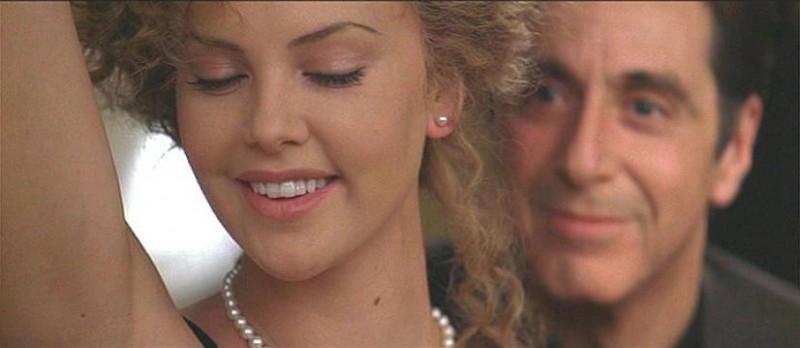 Charlize Theron e Al Pacino in una scena de L'AVVOCATO DEL DIAVOLO