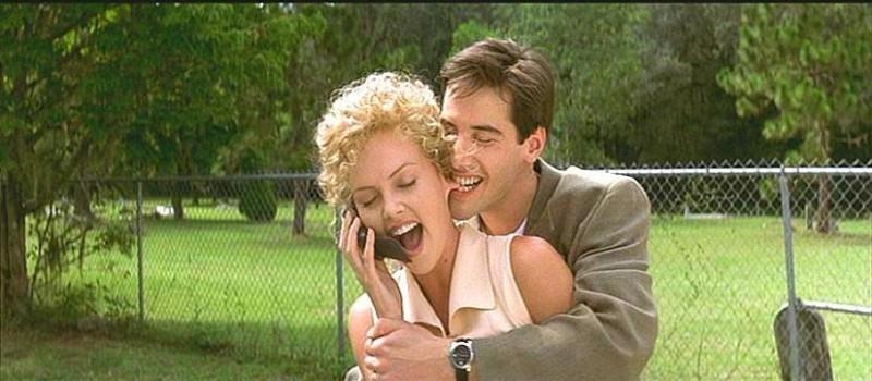 Charlize Theron e Keanu Reeves in una scena de L'AVVOCATO DEL DIAVOLO