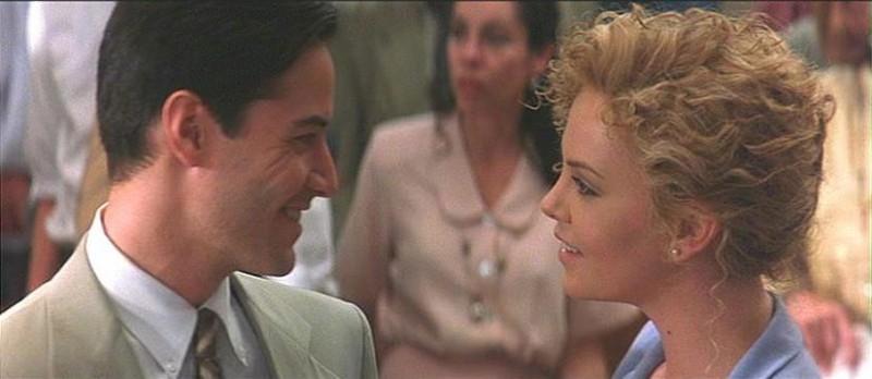 Keanu Reeves e Charlize Theron in una scena de L'AVVOCATO DEL DIAVOLO