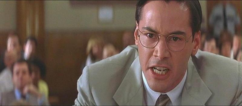 Keanu Reeves in una scena de L'AVVOCATO DEL DIAVOLO