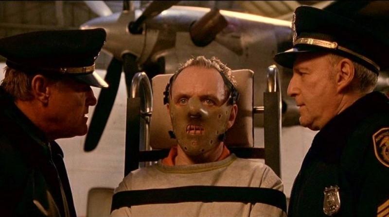 Anthony Hopkins legato e mascherato in una scena de IL SILENZIO DEGLI INNOCENTI
