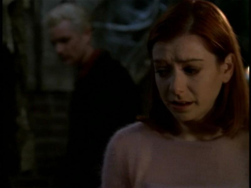 Alyson Hannigan e James Marsters in una scena dell'episodio 'Il sentiero degli amanti' di Buffy - L'ammazzavampiri