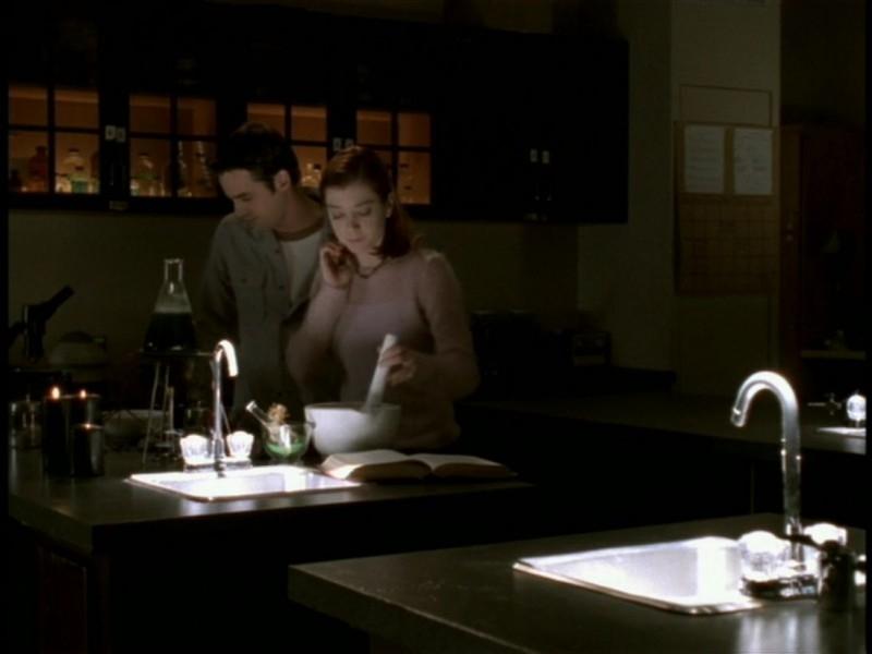 Alyson Hannigan e Nicholas Brendon alle prese con un'incantesimo nell'episodio 'Il sentiero degli amanti' di Buffy - L'ammazzavampiri
