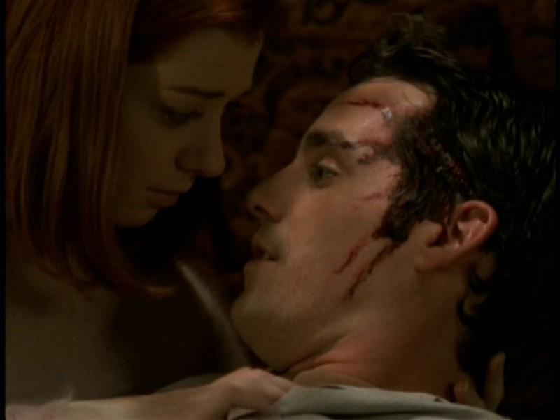 Alyson Hannigan e Nicholas Brendon in una scena bollente dell'episodio 'Il sentiero degli amanti' di Buffy - L'ammazzavampiri