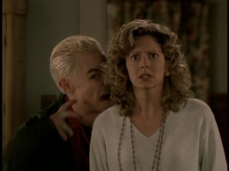 James Marsters e Kristine Sutherland in una scena dell'episodio 'Il sentiero degli amanti' di Buffy - L'ammazzavampiri