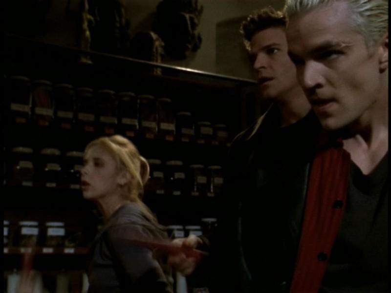 Sarah Michelle Gellar, David Boreanaz e James Marsters in una scena dell'episodio 'Il sentiero degli amanti' di Buffy - L'ammazzavampiri