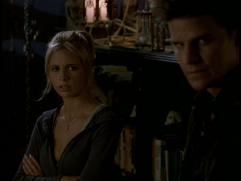 Sarah Michelle Gellar e David Boreanaz in una scena dell'episodio 'Il sentiero degli amanti' di Buffy - L'ammazzavampiri