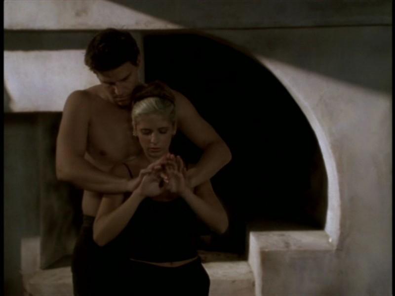 Sarah Michelle Gellar e David Boreanaz in una scena dell'episodio 'Rivelazioni' di Buffy - L'ammazzavampiri