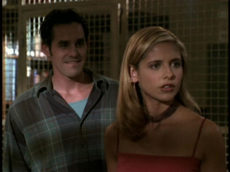 Sarah Michelle Gellar e Nicholas Brendon nell'episodio 'Rivelazioni' di Buffy - L'ammazzavampiri