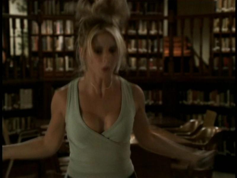 Sarha Michelle Gellar in una sequenza dell'episodio 'Il sentiero degli amanti' di Buffy - L'ammazzavampiri