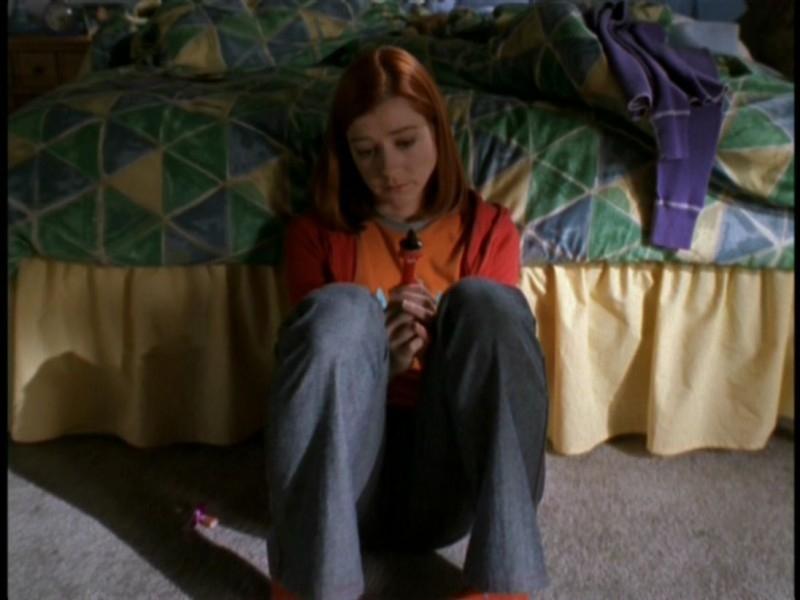 Una desolata Alyson Hannigan in una scena dell'episodio 'Il sentiero degli amanti' di Buffy - L'ammazzavampiri