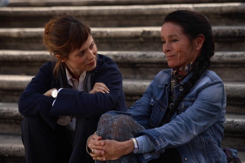Aitana Sanchez-Gijon e Geraldine Chaplin in una sequenza di Parlami d'Amore
