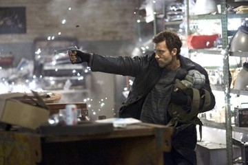 Clive Owen in una scena del film Shoot 'Em Up