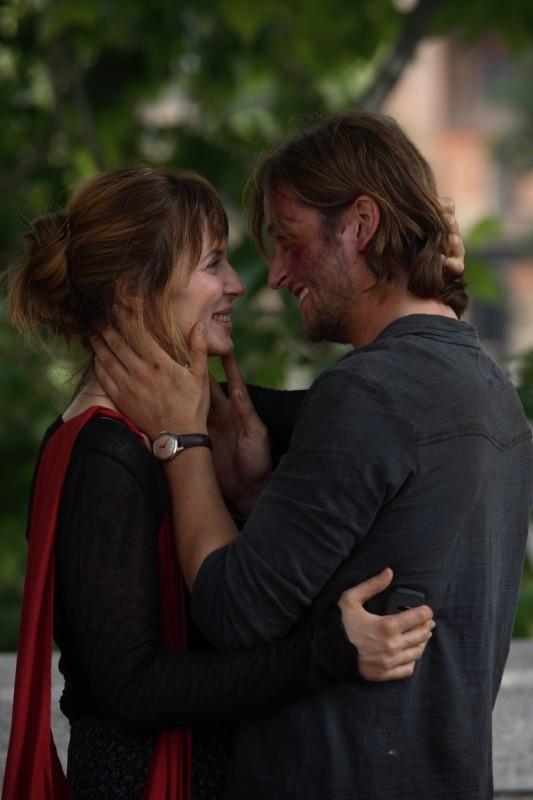 Silvio Muccino bacia Aitana Sanchez-Gijon in una scena di Parlami d'Amore