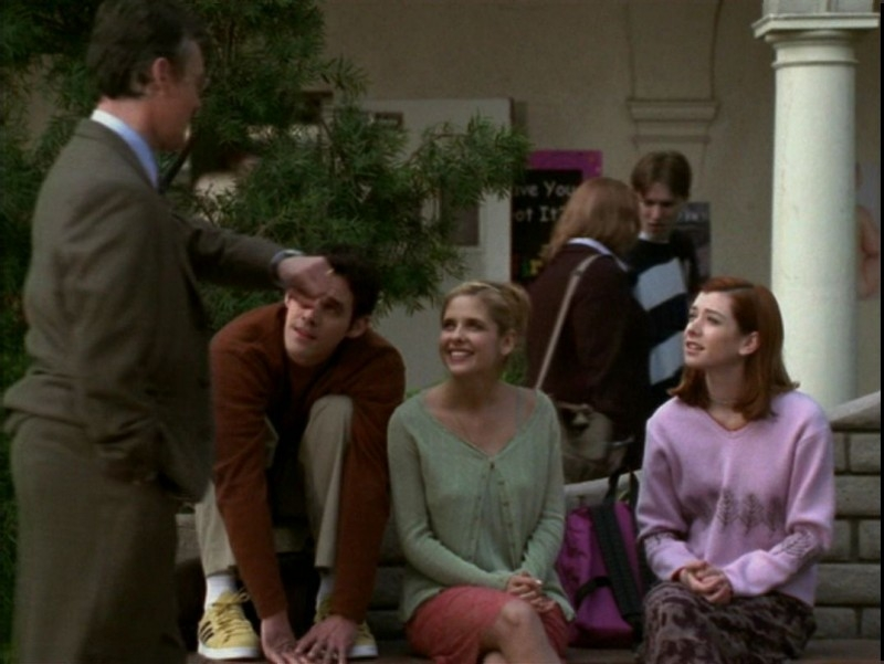 Anthony Head, Sarah Michelle Gellar, Alyson Hannigan e Nicholas Brendon in una scena dell'episodio 'Il desiderio' di Buffy - L'ammazzavampiri