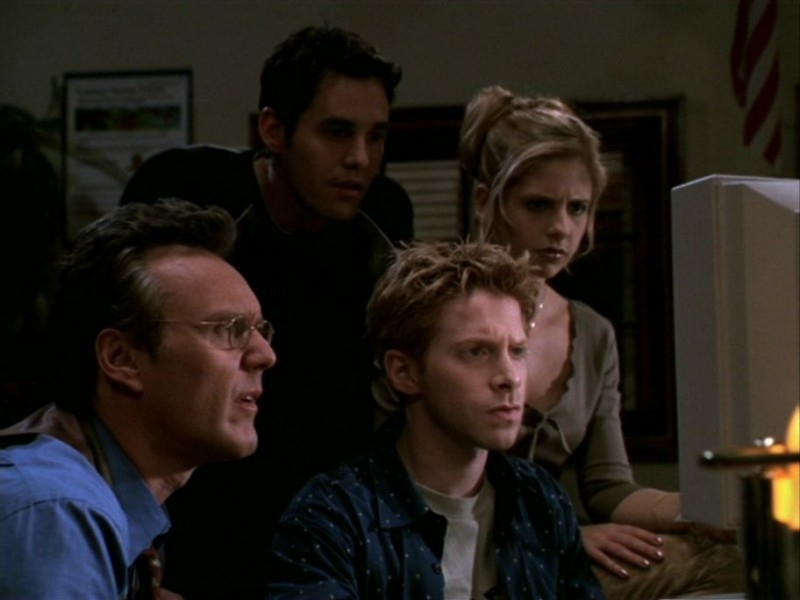 Anthony Head, Seth Green, Nicholas Brendon e Sarah Michelle Gellar in una scena dell'episodio 'Le streghe di Sunnydale' di Buffy - L'ammazzavampiri