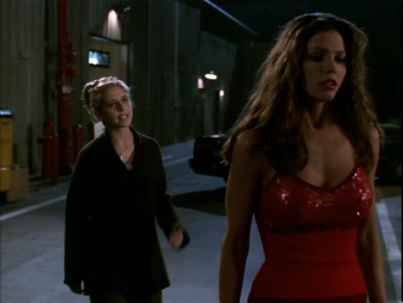 Charisma Carpenter e Sarah Michelle Gellar in una scena dell'episodio 'Il desiderio' di Buffy - L'ammazzavampiri