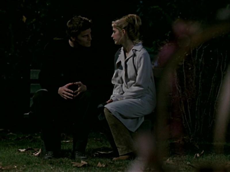 David Boreanaz e Sarah Michelle Gellar in una scena dell'episodio 'Le streghe di Sunnydale' di Buffy - L'ammazzavampiri