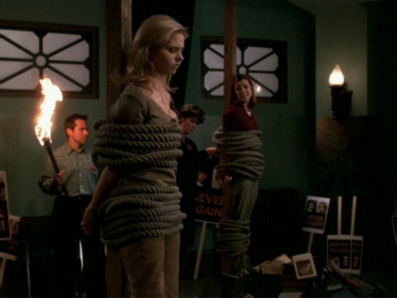 Sarah Michelle Gellar e Alyson Hannigan in una sequenza dell'episodio 'Le streghe di Sunnydale' di Buffy - L'ammazzavampiri
