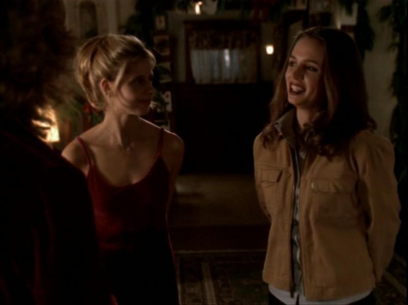 Sarah Michelle Gellar e Eliza Dushku in una scena dell'episodio 'Espiazioni' di Buffy - L'ammazzavampiri