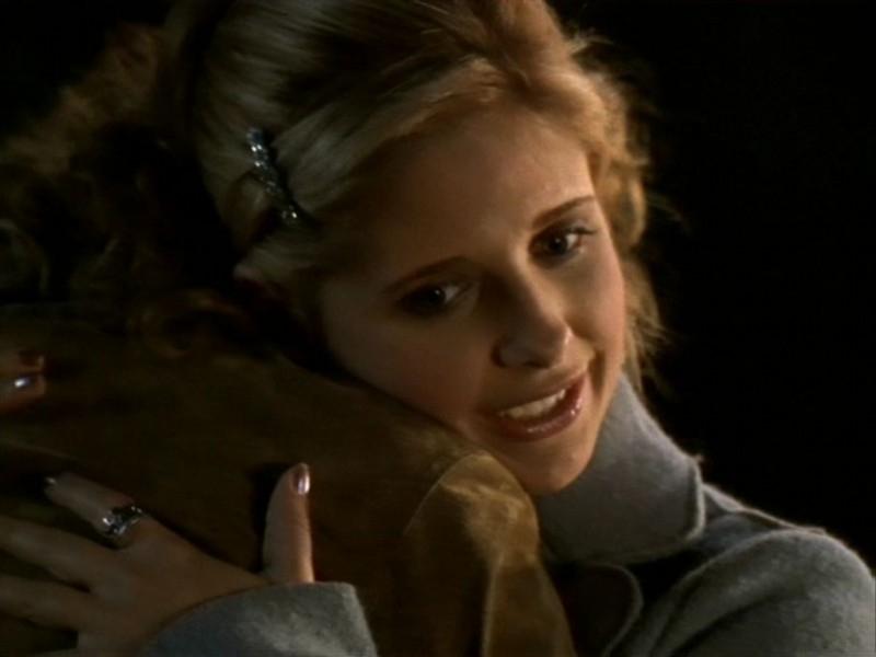 Sarah Michelle Gellar in una scena dell'episodio 'Le streghe di Sunnydale' di Buffy - L'ammazzavampiri