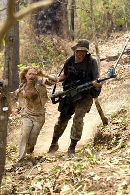 Julie Benz e Matthew Marsden in una sequenza drammatica di John Rambo