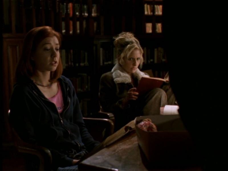 Alyson Hannigan e Sarah Michelle Gellar in una scena dell'episodio 'Il giorno dell'Apocalisse' di Buffy - L'ammazzavampiri