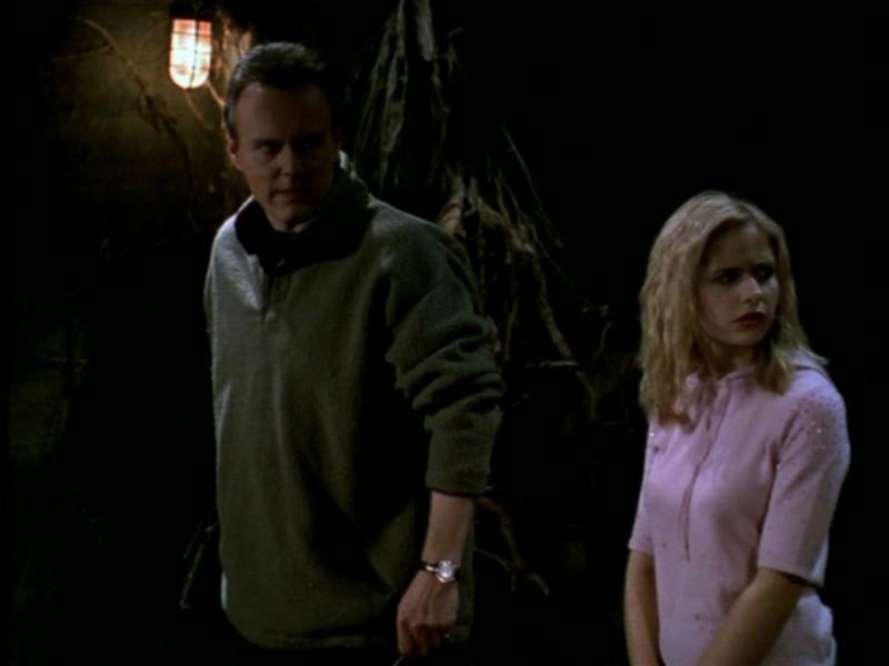 Anthony Head e Sarah Michelle Gellar in una scena dell'episodio 'Il giorno dell'Apocalisse' di Buffy - L'ammazzavampiri