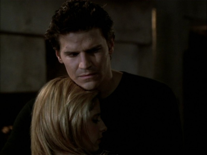David Boreanaz e Sarah Michelle Gellar in una sequenza dell'episodio 'Compleanno di terrore' di Buffy - L'ammazzavampiri