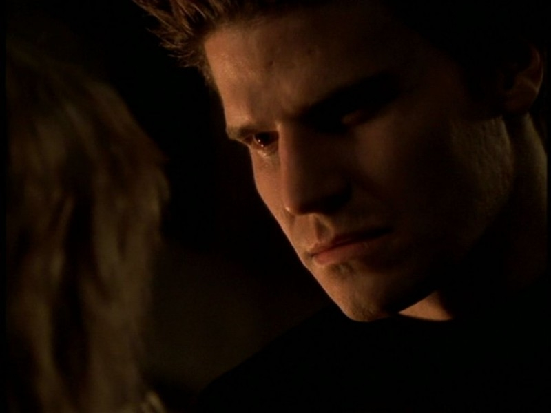 David Boreanaz in una sequenza dell'episodio 'Il giorno dell'Apocalisse' di Buffy - L'ammazzavampiri