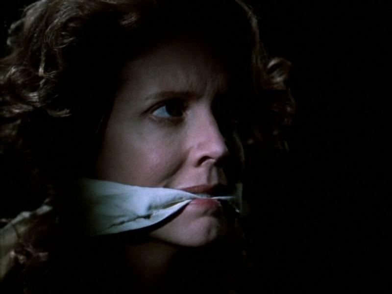 Kristine Sutherland in una scena dell'episodio 'Compleanno di terrore' di Buffy - L'ammazzavampiri
