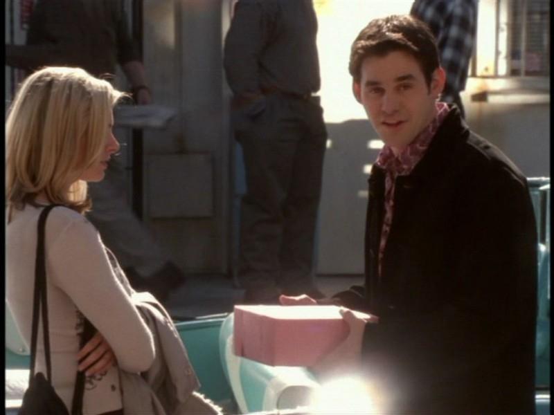 Nicholas Brendon in una sequenza dell'episodio 'Il giorno dell'Apocalisse' di Buffy - L'ammazzavampiri