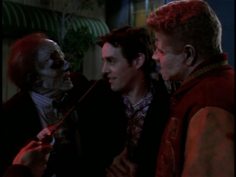 Nicholas Brendon nei guai in una scena dell'episodio 'Il giorno dell'Apocalisse' di Buffy - L'ammazzavampiri