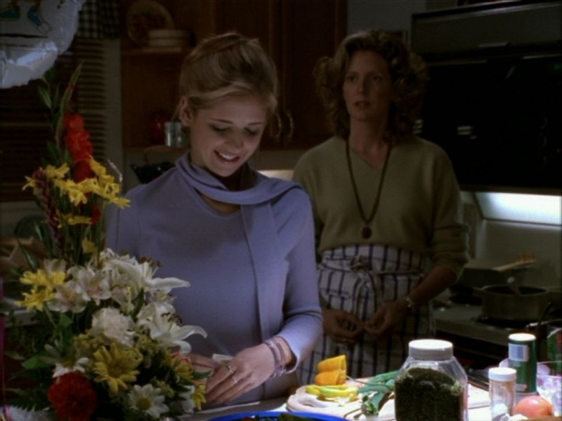 Sarah Michelle Gellar e Kristine Sutherland in una scena dell'episodio 'Compleanno di terrore' di Buffy - L'ammazzavampiri