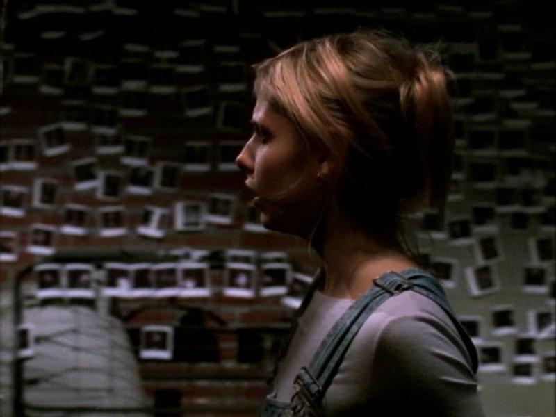 Sarah Michelle Gellar in una paurosa sequenza dell'episodio 'Compleanno di terrore' di Buffy - L'ammazzavampiri