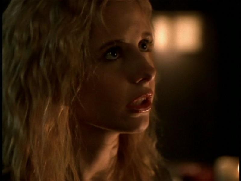 Sarah Michelle Gellar in una scena dell'episodio 'Il giorno dell'Apocalisse' di Buffy - L'ammazzavampiri